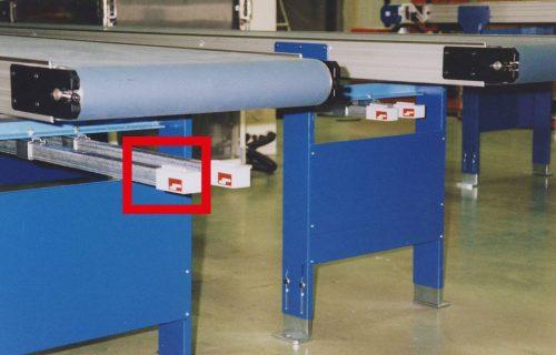 Canalisations électriques à prises déplaçables sous convoyeurs à bandes pour l'alimentation de postes de travail.