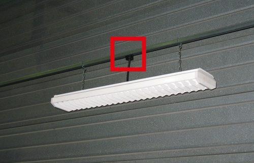 Canalisations électriques à prises déplaçables pour l'alimentation de rampes luminaires.
