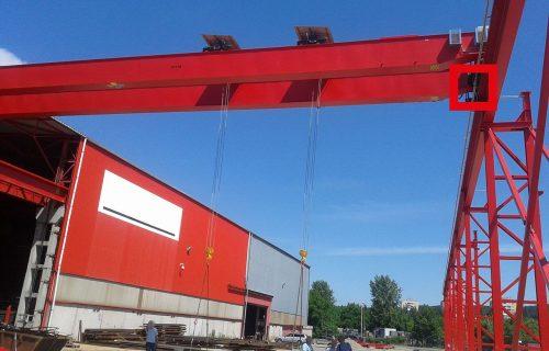 Rails électriques pour l'alimentation d'un pont en service extérieur, exposés aux intempéries.