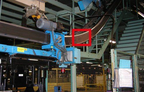 Rails électriques pour l'alimentation en puissance et contrôle d'un convoyeur aérien sur monorail aluminium avec pente à 45°.