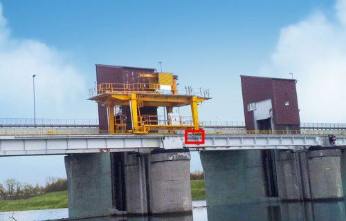 Rails électriques avec câble chauffant pour l'alimentation d'un portique au-dessus d'un fleuve.