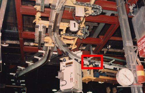 Rails électriques pour l'alimentation d'un convoyeur aérien évoluant dans une fonderie. Installation spécialement adaptée à la demande. Circuit avec courbes & aiguillages. Local excessivement poussiéreux. Différences de température élevées.