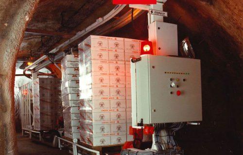 Rails électriques pour l'alimentation d'un convoyeur dans une cave.