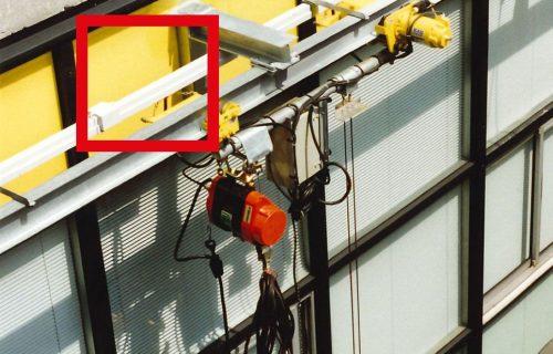 Rails électriques pour l'alimentation d'une nacelle en service extérieur.