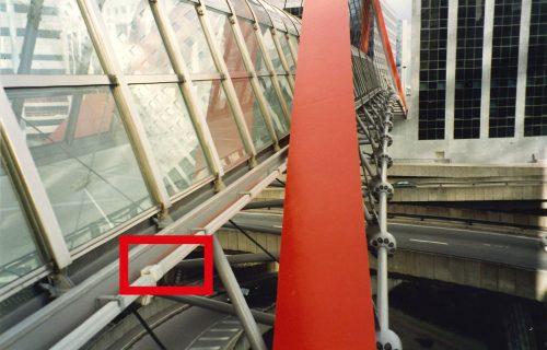 Rails électriques pour l'alimentation d'une nacelle de lavage des parties vitrées d'une passerelle.
