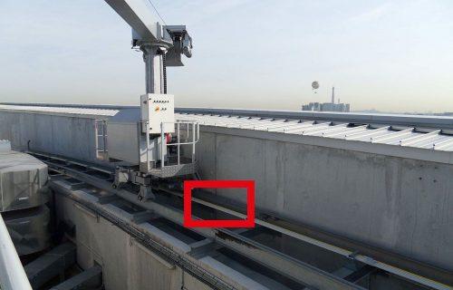 Rails électriques destinés à l'alimentation de nacelles de nettoyage pour vitres, en service extérieur.
