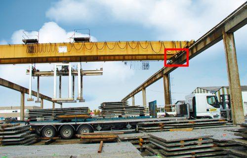Rails électriques pour l'alimentation d'un pont roulant en service extérieur.