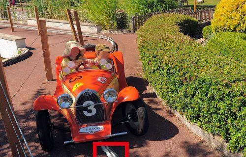 Rails électriques pour l'alimentation de voiturettes d'un manège pour parc d'attraction, en service extérieur.