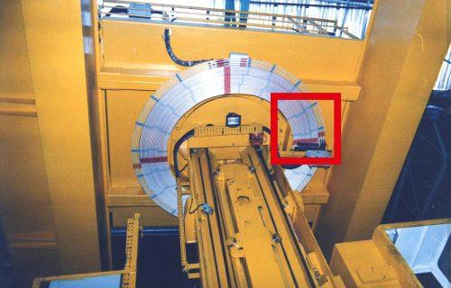 Rails électriques pour l'alimentation en puissance et contrôle d'un pont gerbeur à fourches avec rotation à 360°.